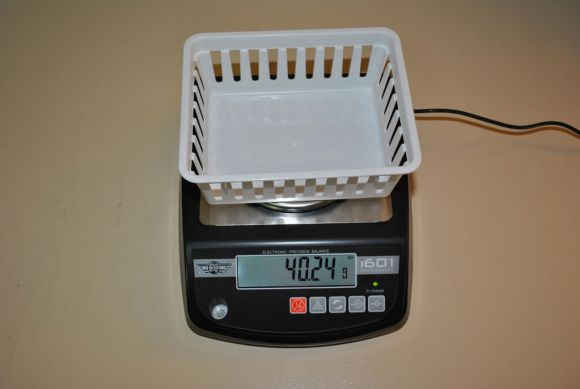 Scale with a basket on top in weigh mode